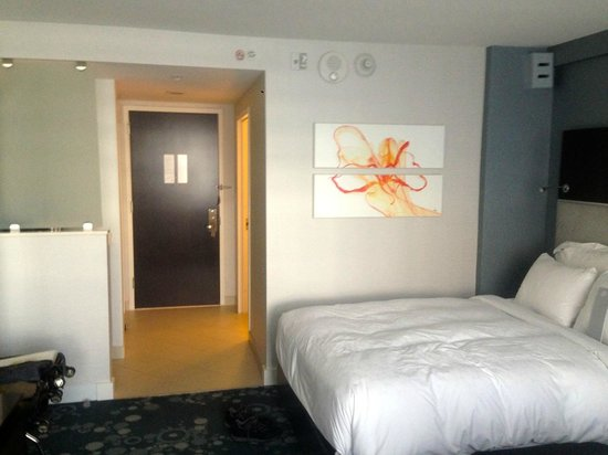 Renaissance Arlington Capital View Hotel : Modern, pleasing decor and comfortable bed