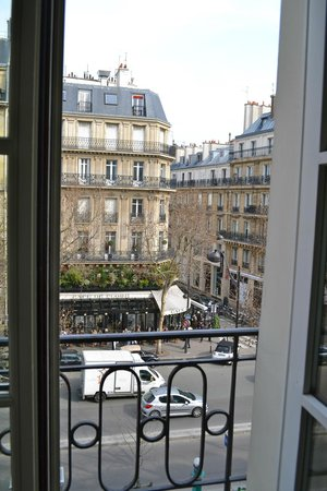 Au Manoir Saint Germain De Pres: Cafe de Flore right outside our room