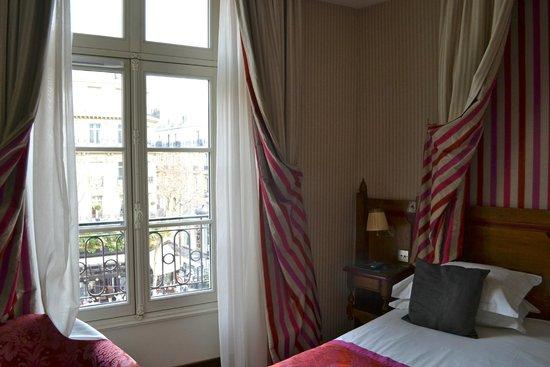 Au Manoir Saint Germain De Pres: Bed and view