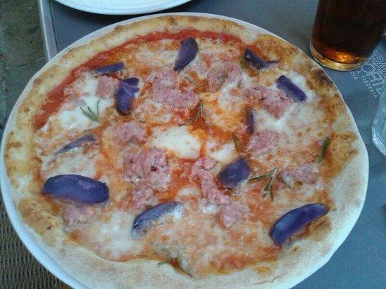 Birraria La Corte: Pizza con salsiccia e patate viola......base rossa provatela