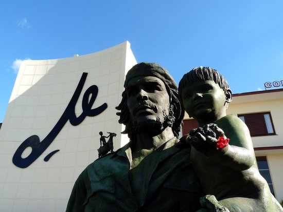 ‪Statue of Che Guevara Holding a Child‬