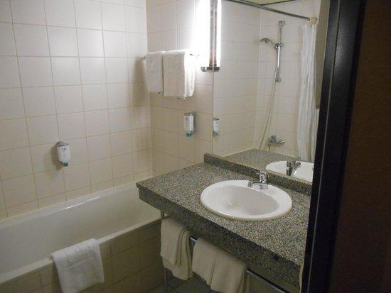 NH Dresden Neustadt: Vista do banheiro