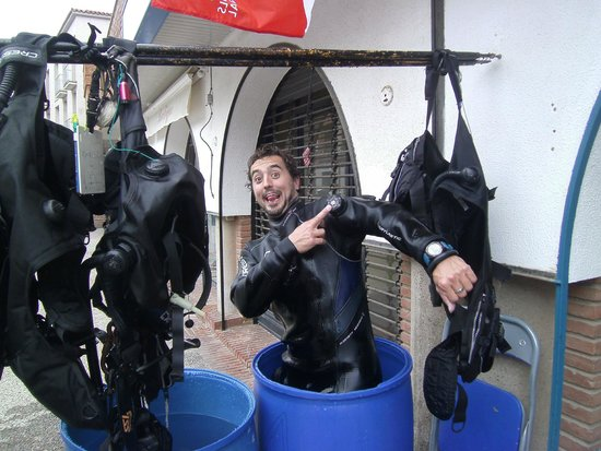 Dolphins Diving Center: Dry suit?