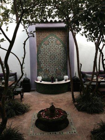 Riad Houdou: beautiful water feature in the courtyard