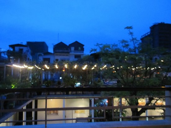 The Plantation Urban Resort and Spa: Dining on the balcony overlooking the main foyer.