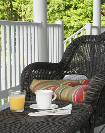 Seven Oaks Inn Bed and Breakfast: Fresh Ground Coffee along with Fresh Seasonal Local Fruit