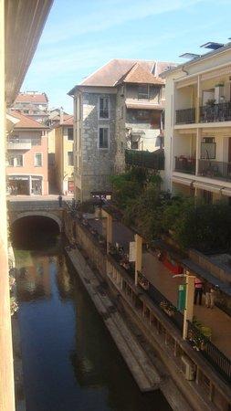 Hotel Central : Canal below window