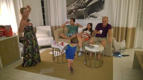 Pestana South Beach Art Deco Hotel : Parte da suite. Ampla, iluminada e agradável.