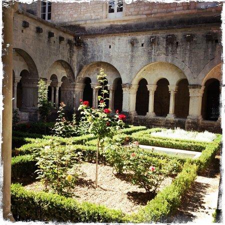 Saint-Paul de Mausole : central courtyard, very French