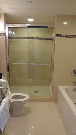 Golden Nugget: Full bathroom in bedroom