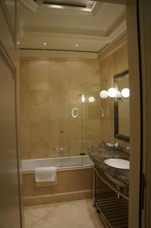 Hotel Savoy Moscow: Bathroom / shower