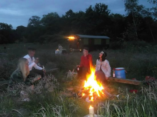Roulotte Retreat: A night by the campfire
