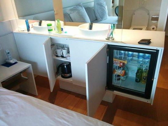 Barcelo Sants: The mini fridge and kettle/tea cups
