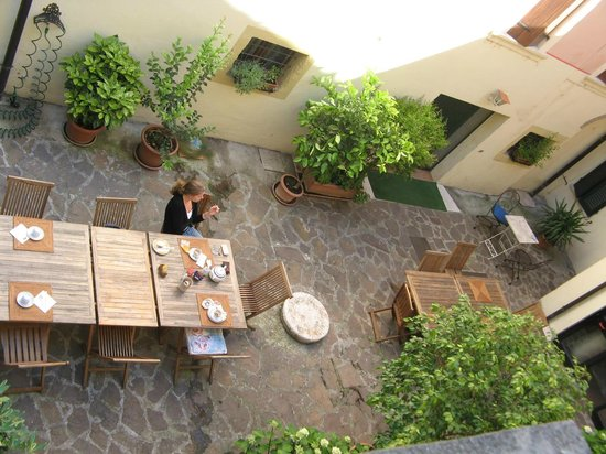 Hotel Scalzi: Dining/courtyard view from our window