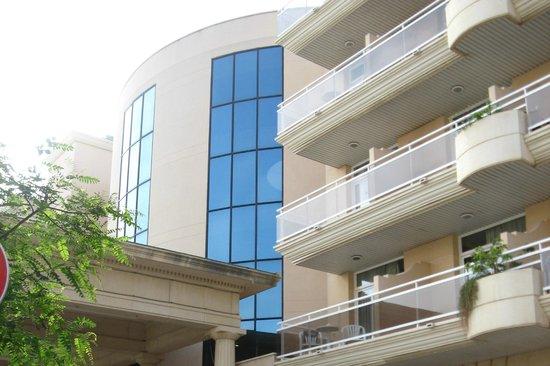 Palas Pineda: У входа в отель