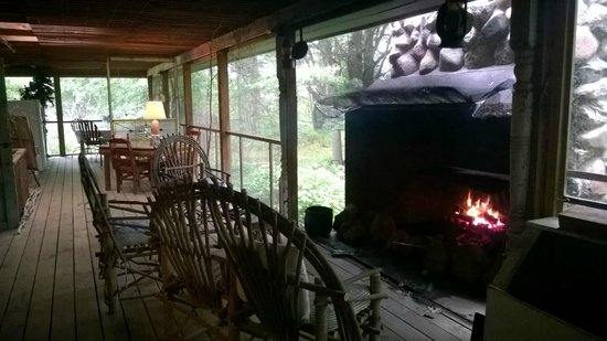 Whiteley Creek Homestead: Lovely fireplace for morning or evening lounging