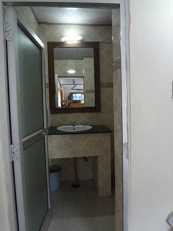 Elphinstone Hotel: spacious bathroom