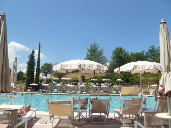Ombrelloni e sedie a sdraio lungo i bordi della piscina - Piscina monsummano terme ...