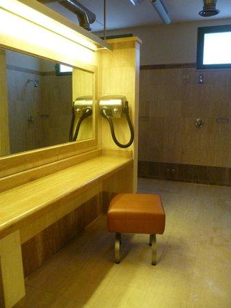 Grotta Giusti Spa: interno delle docce con postazione phon
