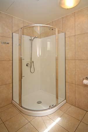 Pebble Beach Motor Inn: Satin-Jet Showers