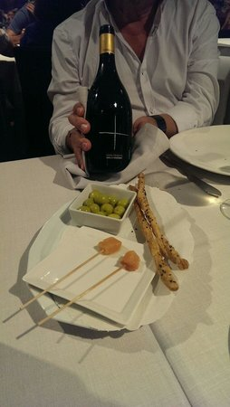 Restaurante Miramar: Appetizers from home and our wine bottle.