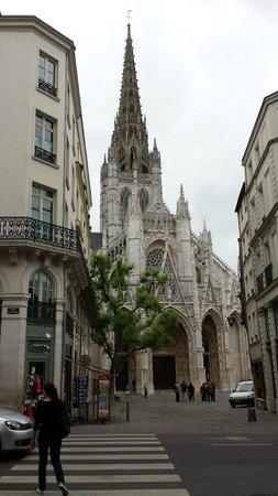 Hotel de la Cathedrale: View from street outside of hotel entrance