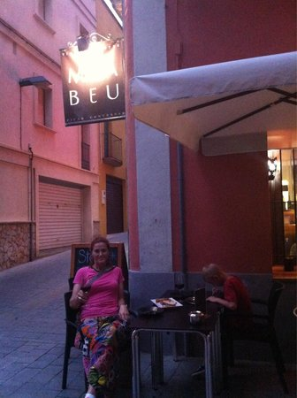 MacaBeu : Disfrutando de una buena copa de vino acompañado de un steak tartare!!