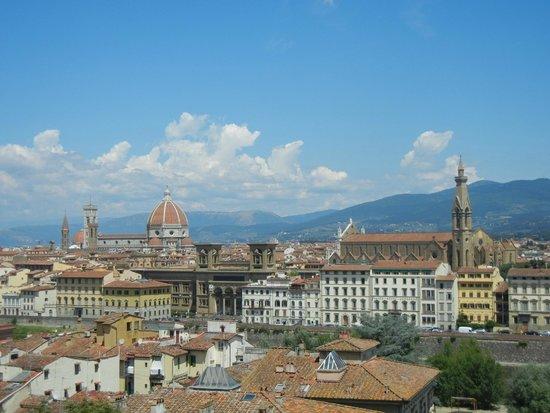 Piazzale Michelangelo: Vista del Duomo, camino a la plaza