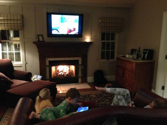 L'Auberge de Sedona: Kids relaxing as we await our dinner to be delivered