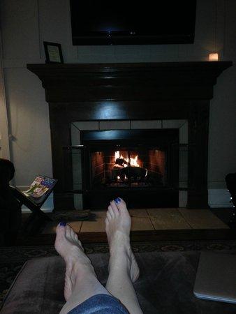 L'Auberge de Sedona: cozy fire place in living area