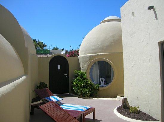 VIK Suite Hotel Risco del Gato: Vista del patio de la habitación 303 con la cúpula del baño al fondo