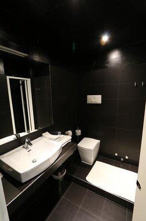 Allegro Apartments Duomo : modern bathroom