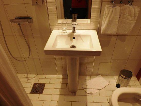 Spar Hotel Majorna: Badezimmer
