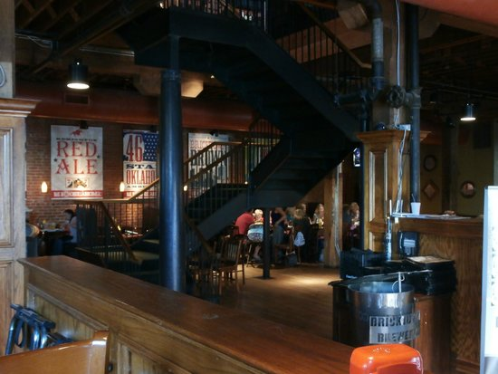 Bricktown Brewery Restaurant: Seating and stairs to the upper level