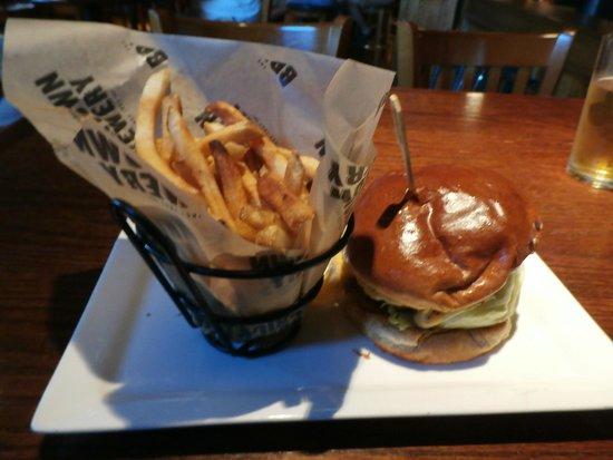 Bricktown Brewery Restaurant: Angus beef burgers and fries were excellent!