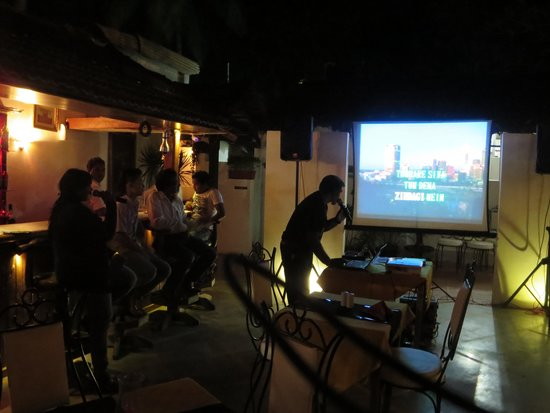 O Pescador: trying out the karaoke