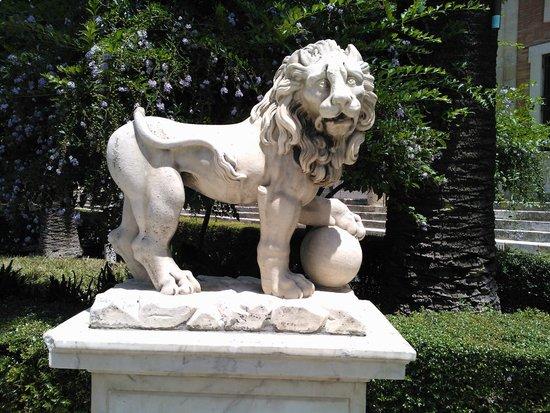 Archivo General de Indias , uno de los leones que rodean la fuente