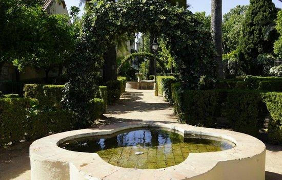 Alcazar de los Reyes Cristianos: Lots of cooling fountains