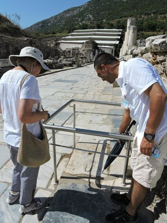 Apasas Tours : Nizam explains a drawing on the walkway
