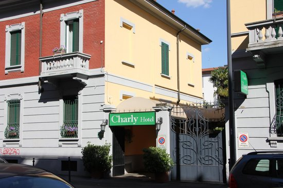 Charly : Street entrance