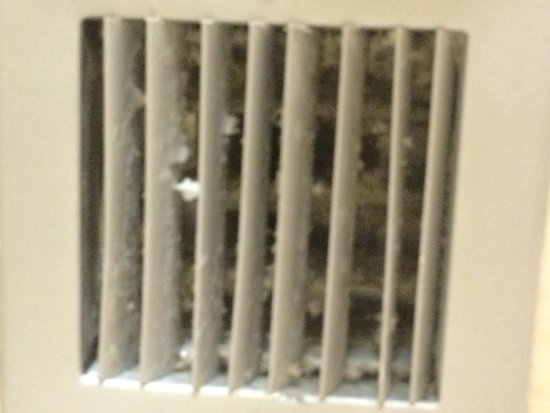 Crowne Plaza Hotel Astor-New Orleans: Vent in bathroom