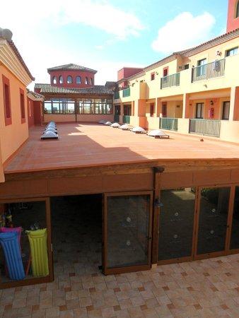 Labranda Aloe Club Resort: parte delle camere e della reception,sotto i negozi
