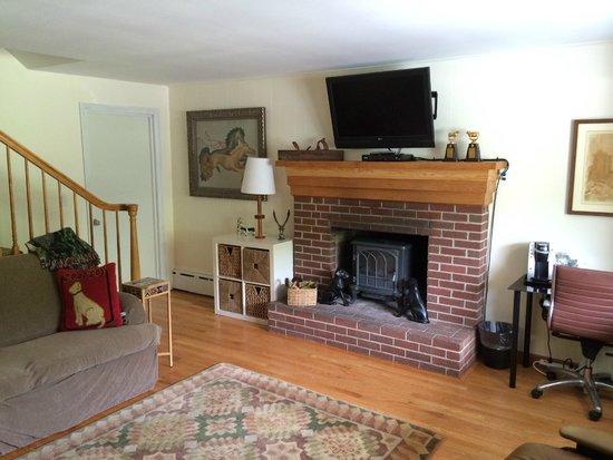Sleep Woodstock Motel: Suite—Livingroom Fireplace