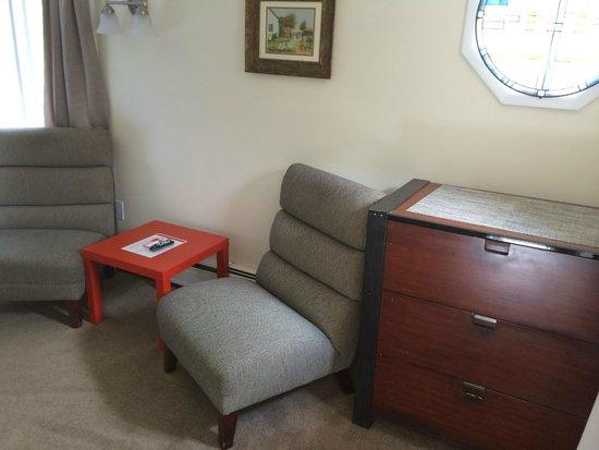 Sleep Woodstock Motel : Suite—Bedroom 1, sitting area