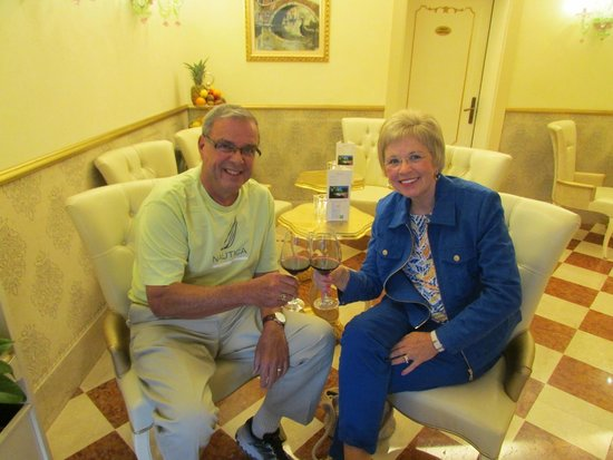 HOTEL OLIMPIA Venice: Enjoying our complimentary welcome drink in the hotel bar