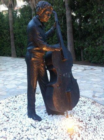 Barut Hemera : A statue