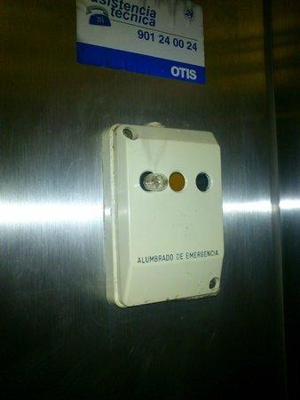 H TOP Caleta Palace: Alumbrado de emergencia ascensor roto y en mal estado