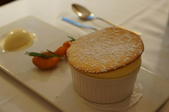 Restaurant Les Trois Couronnes: Dessert - Souffle with peach and almond ice cream