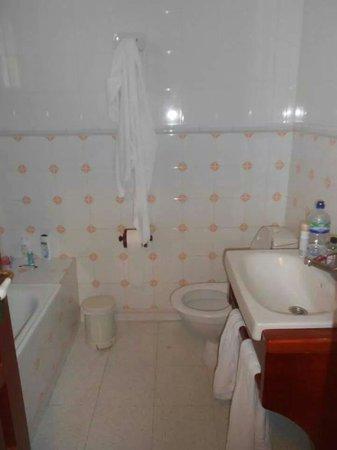 Parque Santiago Villas: Bathroom and shower