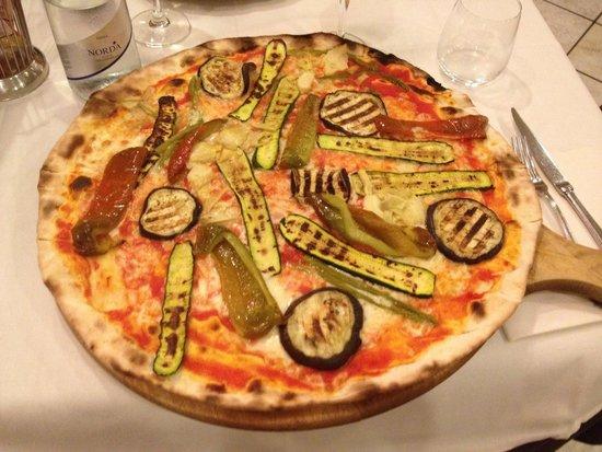 Orchidea: Pizza alle verdure grigliate schiacciata servita su tagliere di legno